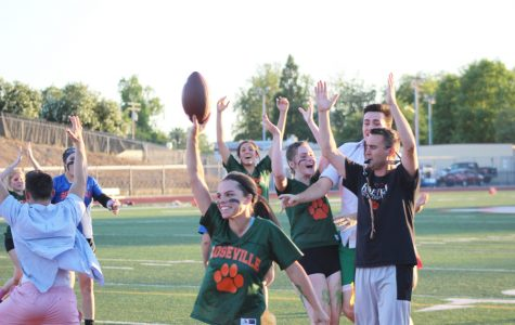 POWDERPUFF: Seniors prevail over juniors in last-minute touchdown