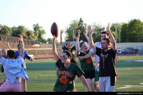 NOTICIAS: Las seniors prevalecen sobre los juniors en el touchdown de última hora.