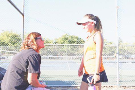 El equipo de tenis varsity de mujeres termina el año sin derrota