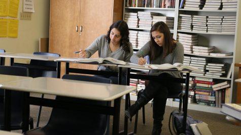 Los administradores y maestros trabajan para encontrar el equilibrio entre los materiales de instrucción impresos y digitales