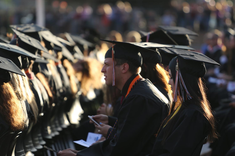 En la photo, el ceremonia en Hason Field del ano pasado. Con el decisión del  junta de distrito de RJUHSD, los graduaciones de RHS ahora tendrá lugar en el Centro de Eventos en Placer Valley.