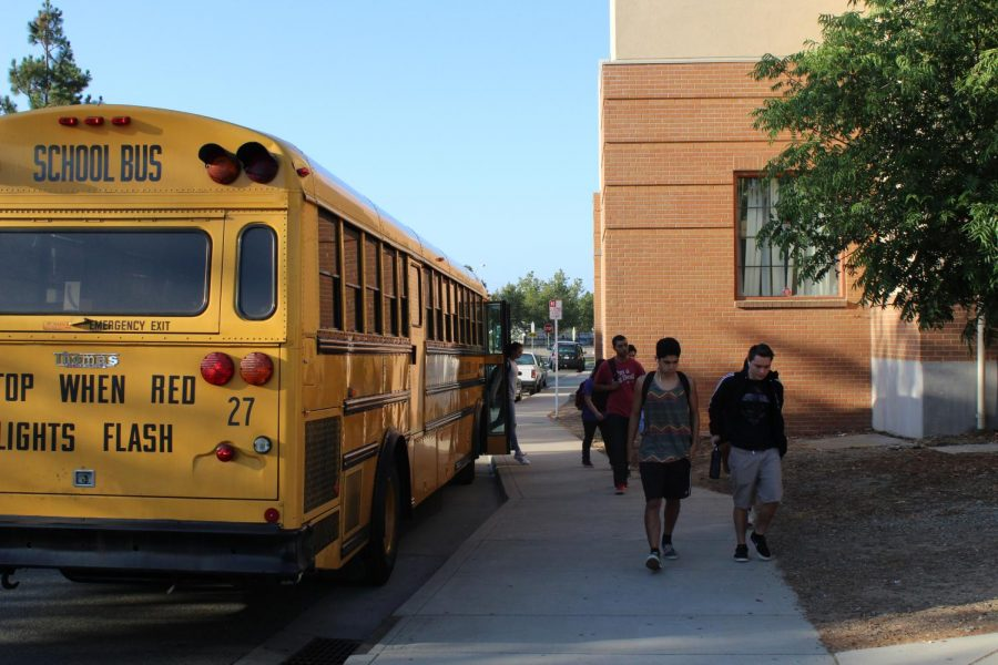 Gobernador Newsom firma el SB-328 mandato por un más tarde comienzo de la escuela