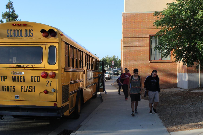 Con horarios de inicio posteriores, RJUHSD enfrentará problemas con la coordinación del autobús. RJUHSD comparte autobuses con escuelas intermedias en el Distrito Escolar de la Ciudad de Roseville. Exigir que las escuelas intermedias de RCSD comiencen después de las 8:00 a.m. y que las escuelas secundarias de RJUHSD comiencen después de las 8:30 crearía la necesidad de soluciones como más autobuses, horarios de inicio de escuela primaria cambiados u horarios de inicio escalonados para las escuelas secundarias.